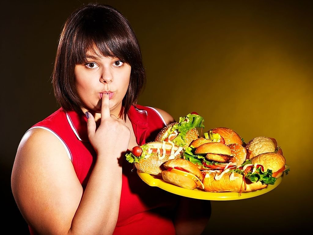 на кухне толстая девушка увеличил амплитуду