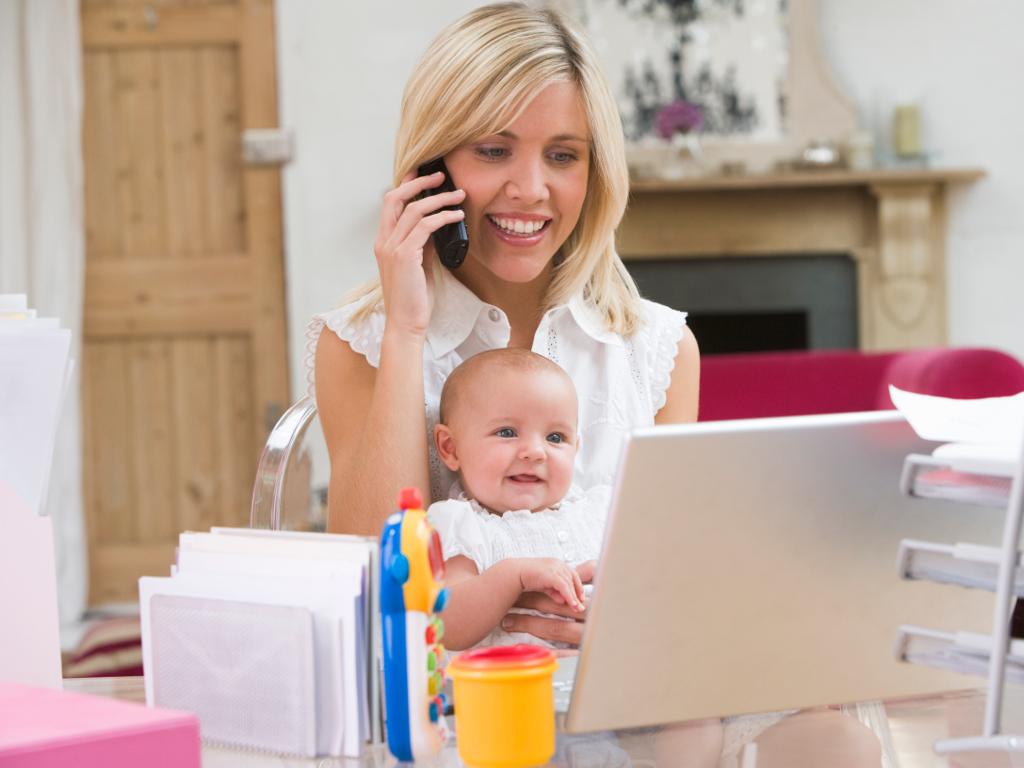 Власти придумают, как убедить работодателей принимать на работу молодых мам