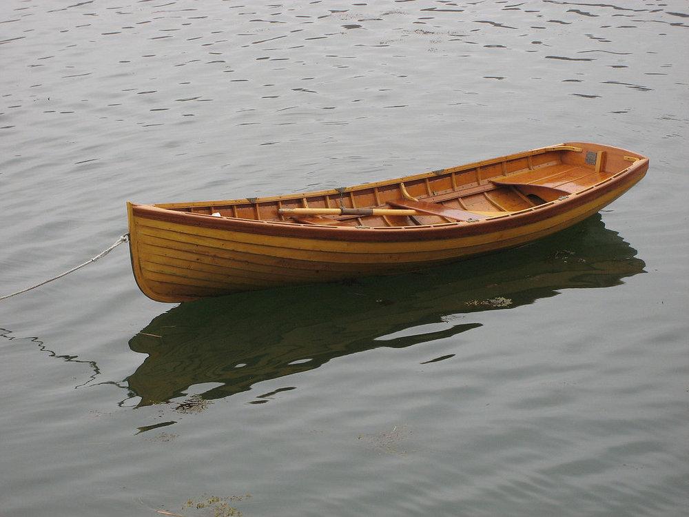 узкая лодка с веслами