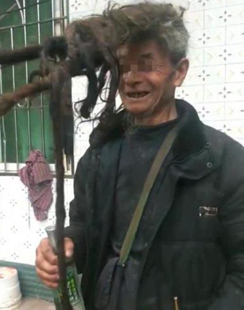 Мужчина из заботы о семье 50 лет не стриг волосы: что из этого получилось. Фото
